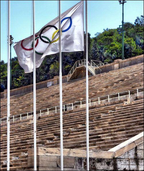 Rolę olimpijskiej flagi pełniła ozdobiona pięcioma kołami koszula.