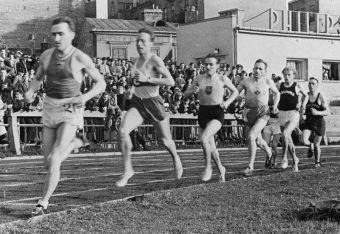 Jednym ze sportowców walczących podczas wojny obronnej we wrześniu 1939 roku był Janusz Kusociński (na zdj. Kusociński biegnie na 1. miejscu wraz z czołówką polskich biegaczy Józefem Nojim, Wacławem Soldanem i Kazimierzem Hermanem – zawody w Warszawie 1939).