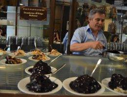 İnci Pastanesi powstała w 1944 roku i od zawsze mieściła się w budynku Cercle d'Orient w samym sercu Stambułu