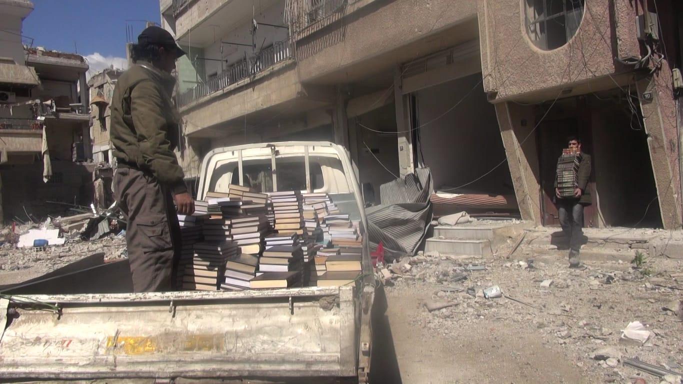 Ratowanie książek do tajnej biblioteki ze zbombardowanego i opuszczonego budynku