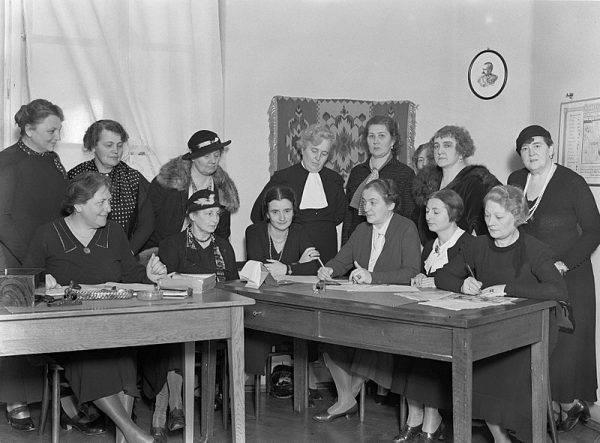 Aleksandra Piłsudska (trzecia od prawej w dolnym rzędzie) na spotkaniu dam wchodzących w skład organizacji zajmującej się losem sierot i bezdomnych dzieci, ofiar I wojny światowej