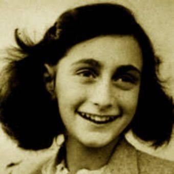 """Anne Frank, jedna z najbardziej znanych ofiar nazistowskiej machiny zagłady. Zdjęcie z okładki polskiego wydania jej """"Dziennika"""""""