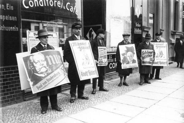"""Hitler twierdził potem, że 30 stycznia 1933 roku """"zdobył władzę"""", ale w rzeczywistości został mianowany kanclerzem w sposób całkowicie legalny i zgodny z konstytucją."""