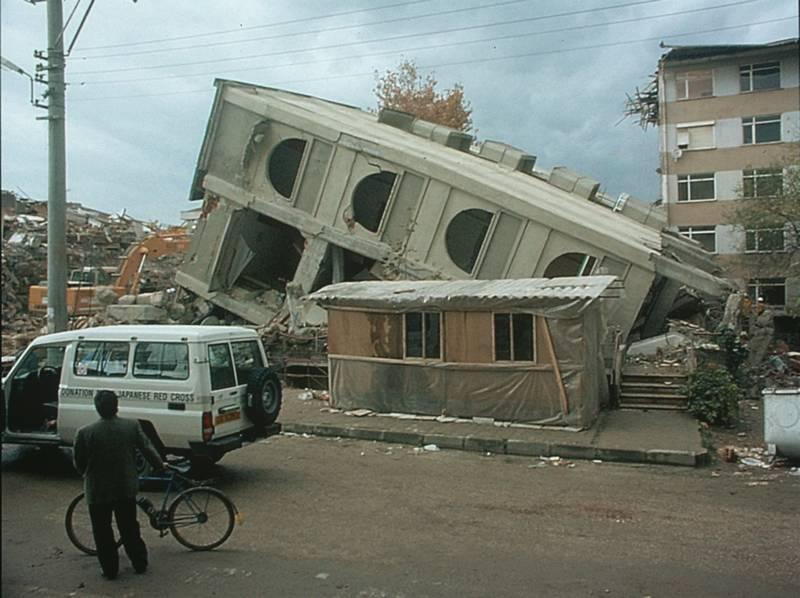 Trzy miesiące po tragicznym w skutkach trzęsieniu ziemi w Gölcük nastąpiła kolejna katastrofa, w Düzce. Zawaliły się tysiące prowizorycznych budynków.