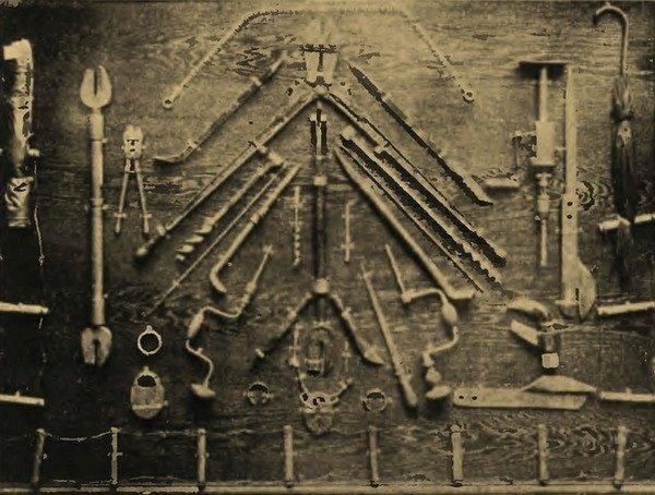 """Bez pomocy kasiarzy operacja """"Wózek"""" by się nie powiodła. Na zdjęciu z końca lat 30. narzędzia wykorzystywane przez adeptów tego """"fachu"""""""