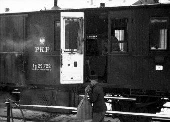 Załadunek poczty do wagonu pocztowego, zdjęcie poglądowe z lat 30.