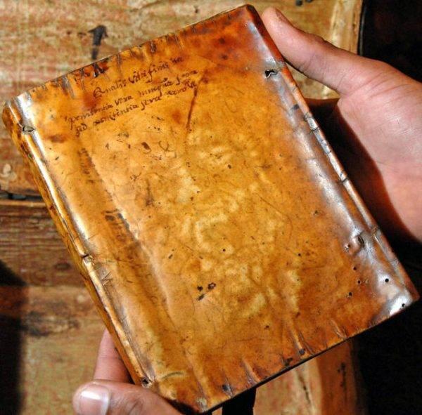 Historie o wykorzystywaniu ludzkiej skóry do wytwarzania książek sięgają XIII wieku.