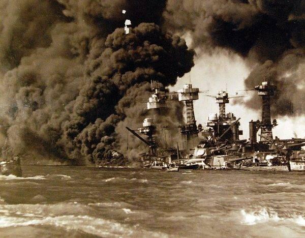 """Zbombardowane przez Japończyków okręty USS """"West Wirginia"""" i USS """"Tennessee"""""""