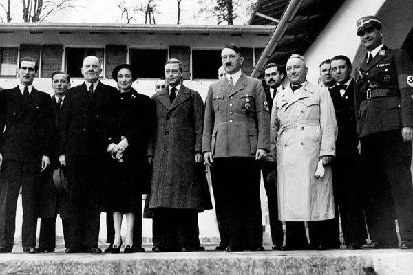 Edward z biegiem czasu coraz bardziej podziwiał Hitlera. Również Wallis wykazywała pronazistowskie ciągoty.