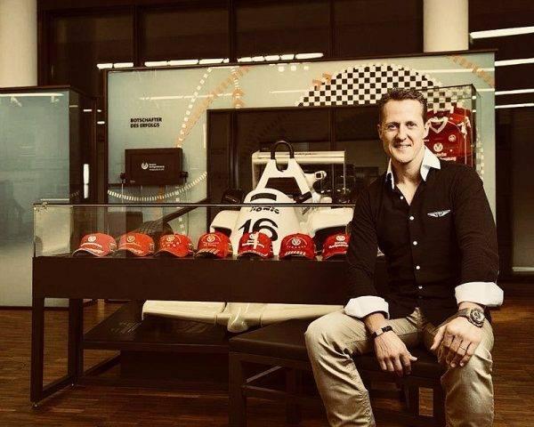 W 2002 roku na torze Silverstone, po Grand Prix Wielkiej Brytanii w Formule 1, ubrany w czerwony strój kierowcy wszedł na podium, tuż przed zwycięzcą Michaelem Schumacherem.