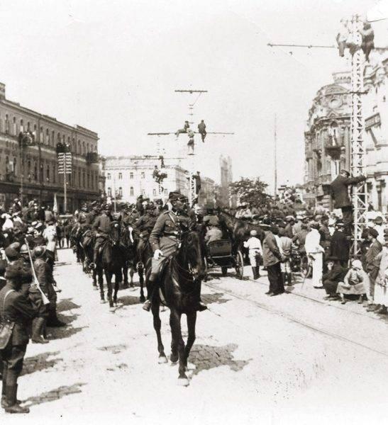 Zwycięzców często witano wódką (na zdj. parada w Kijowie).