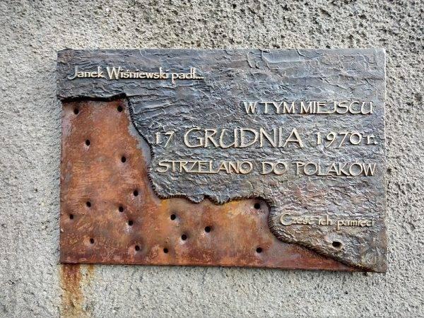 Tablica pamiątkowa na Węźle Ofiar Grudnia w Gdyni.