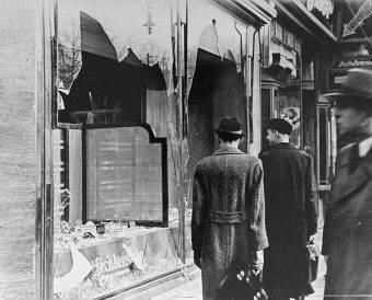 Noc kryształowa rozpoczęła się o godzinie 22:50 z inicjatywy władz partyjnych i państwowych. Zamordowano 91 Żydów, podpalono około tysiąca synagog, z których 267 zniszczono.