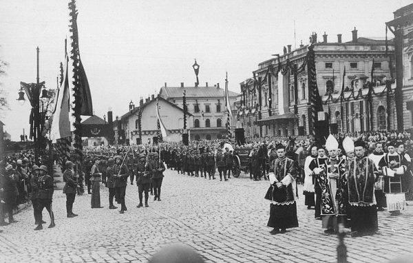 Kondukt pogrzebowy na ulicach Krakowa.