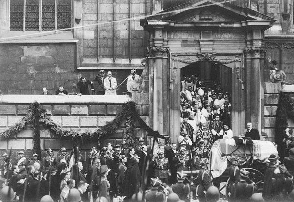 Przemówienie prezydenta Ignacego Mościckiego podczas uroczystości pogrzebowych w Krakowie przed wejściem do katedry.
