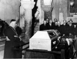 Uczczenie pamięci Józefa Piłsudskiego przy jego sarkofagu na Wawelu w 1935 roku.