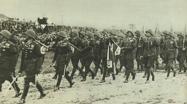Defilada wojska przed trumną Józefa Piłsudskiego na polu mokotowskim w Warszawie.