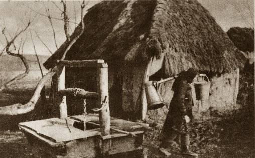 Domy przeważnie były jednoizbowe, zdarzały się też kurne chaty