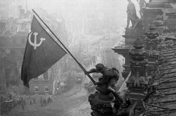 Radziecka flaga nad Reichstagiem.