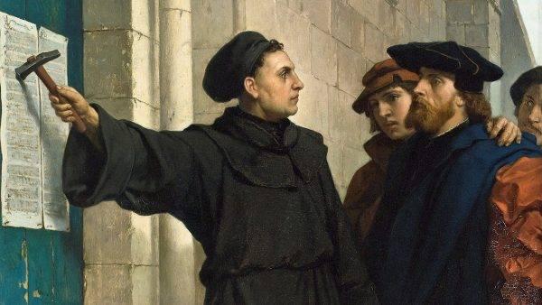 Według tradycji Marcin Luter ogłosił swoje 95 tez przybijając je do drzwi kościoła zamkowego w Wittenberdze.