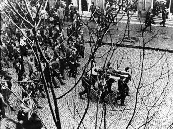 Ciało Zbyszka Godlewskiego niesione przez demonstrantów podczas masakry na Wybrzeżu w grudniu 1970 roku