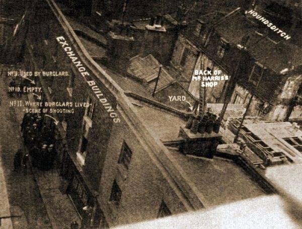 Wszystko zaczęło się od strzelaniny na ulicy Houndsditch (na il. miejsce zbrodni).