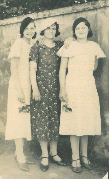 Mimi (pierwsza od lewej) z nowymi przyjaciółkami, Warszawa 1940