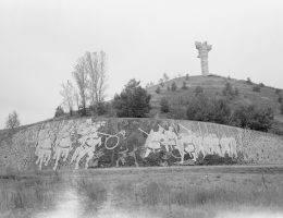 Widok na Wzgórze Czcibora z pomnikiem bitwy pod Cedynią. Na pierwszym planie mozaika przedstawiająca przebieg bitwy.