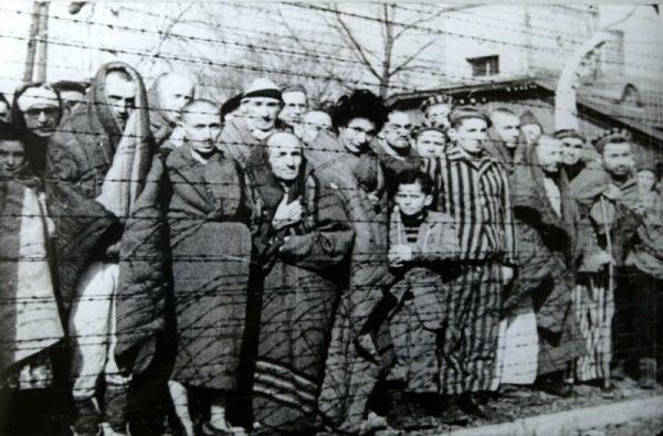 Przeżycie w obozie zależało m.in. od życzliwości współosadzonych, którzy dzielili się nawet najmniejszymi okruchami chleba (na zdj. więźniowie Auschwitz).