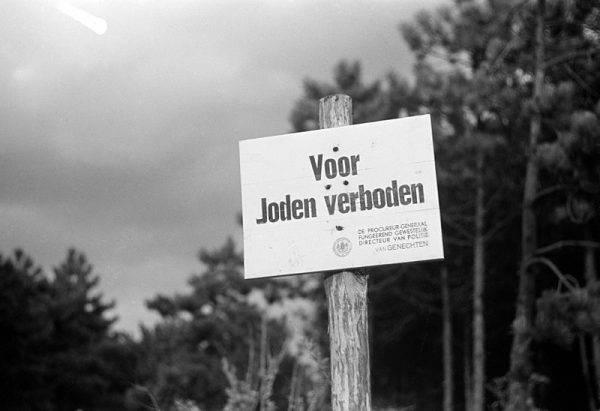 """Od 15 września 1942 roku w Holandii wszechobecne stały się napisy wieszane w miejscach publicznych, a głoszące: """"Żydom wstęp wzbroniony"""""""