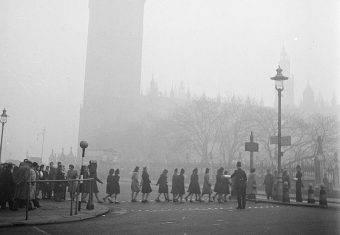 Smog od lat jest w Londynie olbrzymim problemem (na zdj. w tle zarys Big Bena ledwie widocznego z powodu zanieczyszczonej mgły). W 1952 roku zebrał szczególnie zabójcze żniwo.
