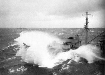 Potężny tropikalny tajfun rozgonił okręty admirała Halseya.