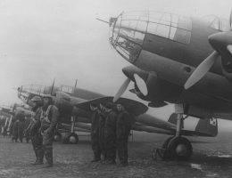 Załogi samolotów PZL-37 Łoś z 210. Dywizjonu Bombowego przy maszynach.