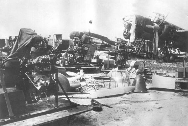 Polskie samoloty PZL.37 Łoś zdobyte przez Niemców i rozkładane na części.