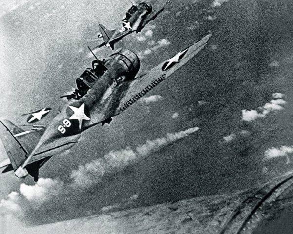 """Douglas SBD Dauntless na chwilę przed atakiem na krążownik """"Mikuma"""" w trakcie bitwy o Midway."""