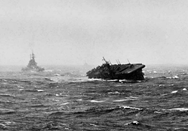 """Nawet lotniskowce tańczyły na wzburzonej wodzie (na zdj. USS """"Langley""""."""