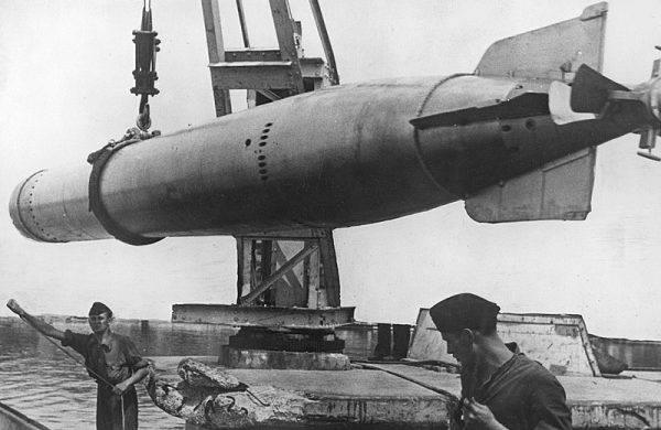 """W brzuchu U-48 znajdowało się czternaście torped, zwanych przez załogę """"węgorzami""""."""