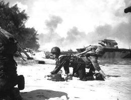 Marines pod ogniem na plażach Saipanu