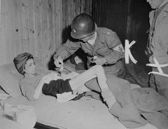 Głód był nieodłącznym elementem obozowej egzystencji (na zdj. więźniarka obozu w Buchenwaldzie po wyzwoleniu).