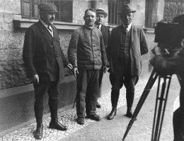 Fritz Haarmann (w środku) w eskorcie detektywów w listopadzie 1924 roku.