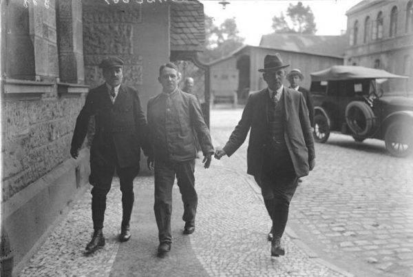 Rzeźnik z Hanoweru eskortowany przez detektywów w drodze do sądu