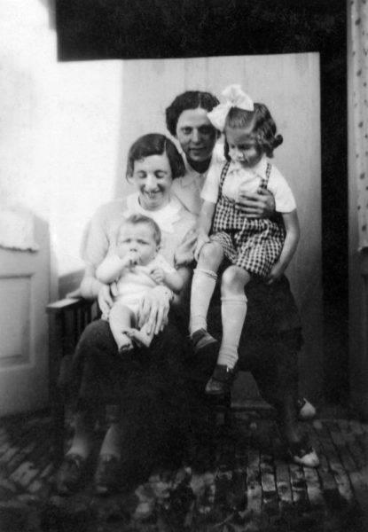 Ciocia Riek z synkiem Benniem i mama Lien z Lien na kolanach, zdjęcie sprzed II wojny światowej.