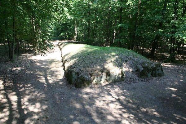 Grobowce nazywano grobami olbrzymów.
