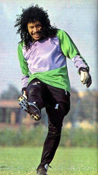 """Escobar przyjaźnił się z najlepszymi kolumbijskimi piłkarzami, chociażby z René Higuitą – bramkarzem, który zaszokował świat interwencją zwaną """"scorpion kickiem""""."""
