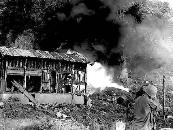 Miotacz płomieni w akcji. Miotacze płomieni typu M1A1 używane były od czerwca 1943 roku