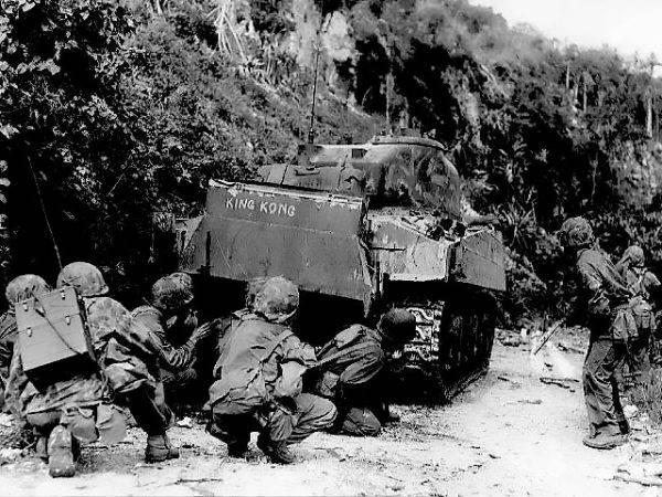 Ostatnie walki na północnym Saipanie. Marines kryją za czołgiem M4 Sherman przed ogniem nieprzyjaciela