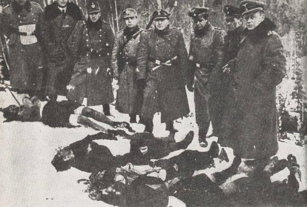 Esesmani i niemieccy policjanci pozujący wśród ciał wytropionych w lasach uciekinierów.