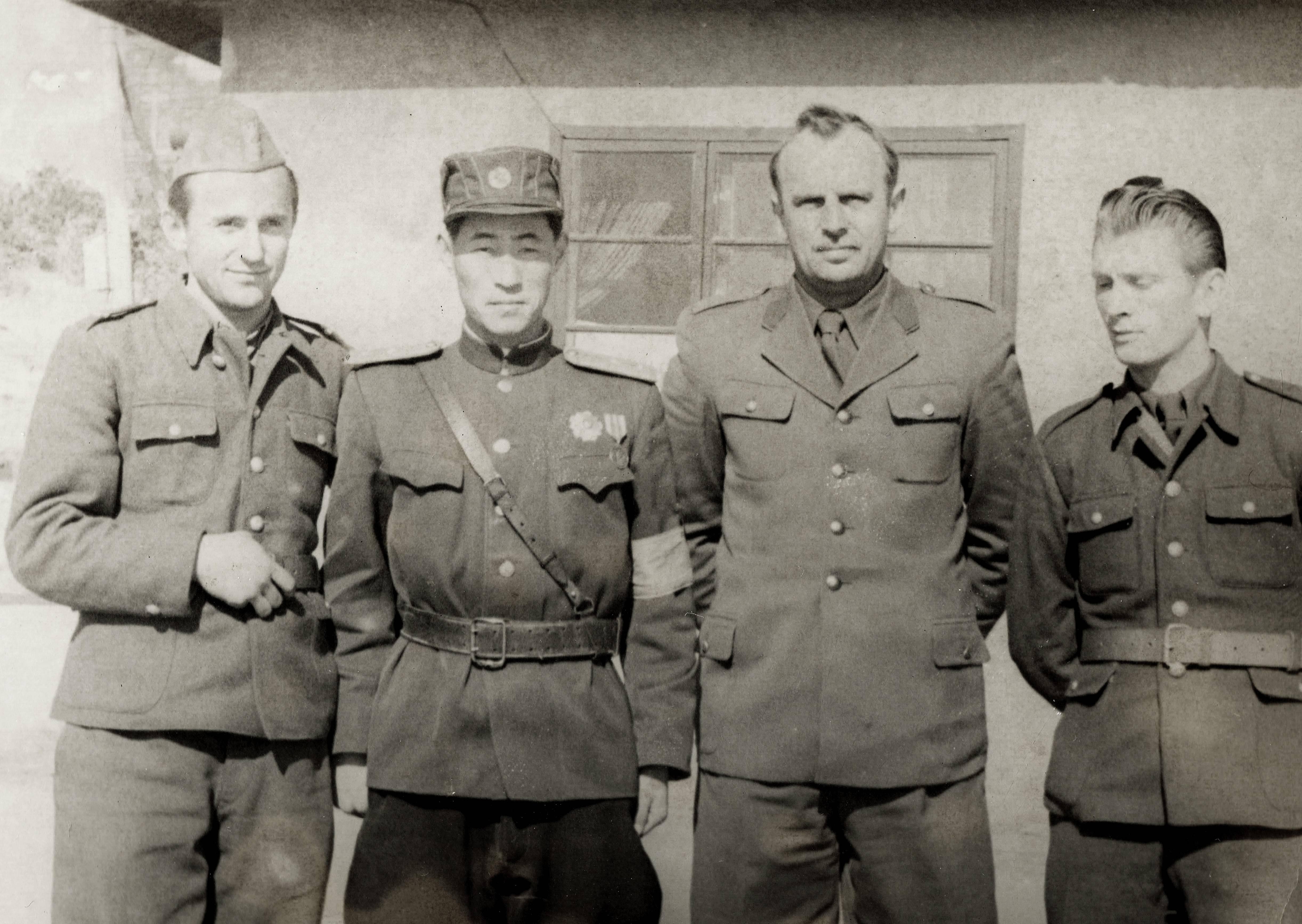 Członkowie polskiej delegacji do KNPN w obozie w Panmundżom, pierwszy z prawej Józef Równicki