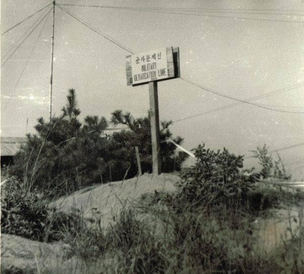 Tablica informująca o znajdowaniu się na terenie Wojskowej Lini Demarkacyjnej pomiędzy Koreą Północna a Południową.