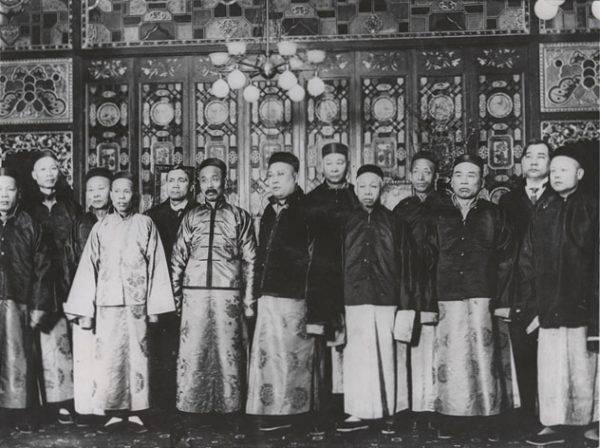Dla Chińczyków to schorzenie nie jest pierwszyzną. Zdiagnozowane medycznie pierwsze masowe zachorowanie na koro zostało odnotowane już pod koniec XIX wieku (il. poglądowa).